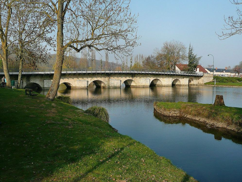 1280px-Saint-Denis-les-Ponts_-_Pont